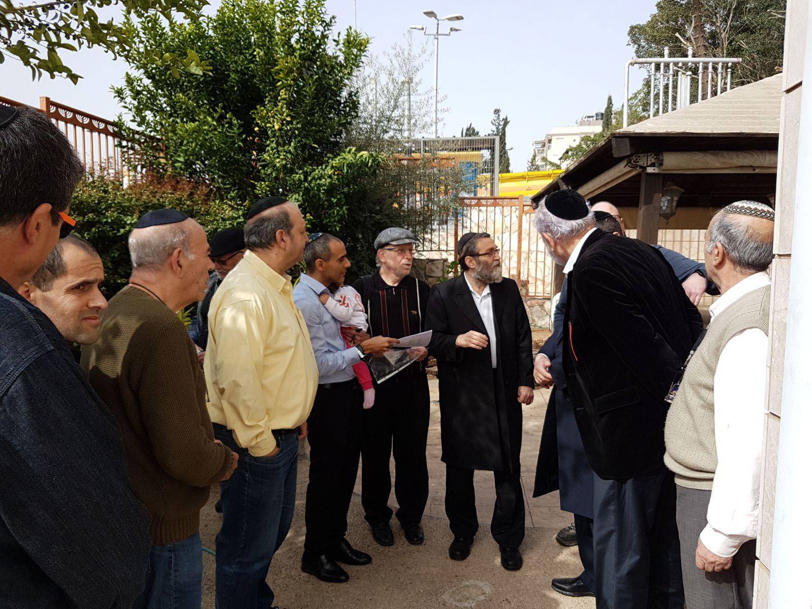 גפני בחצר בית הכנסת