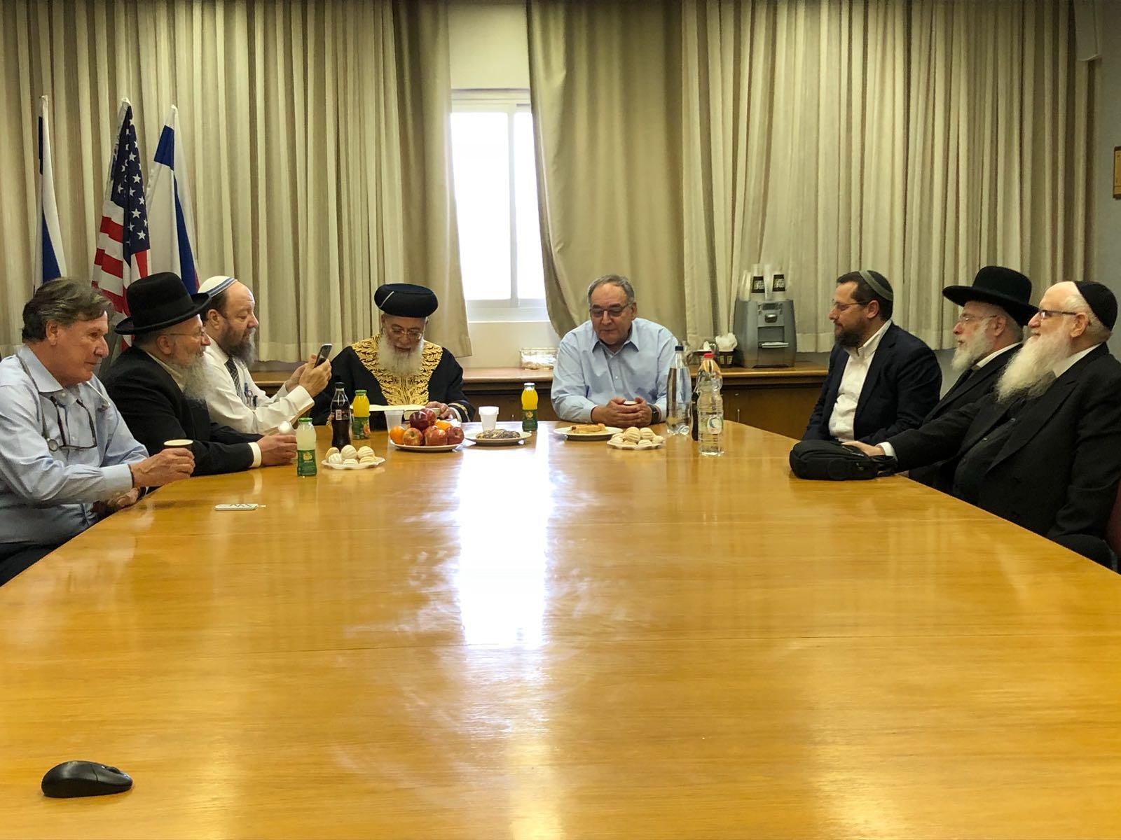 הרבנים בפגישה