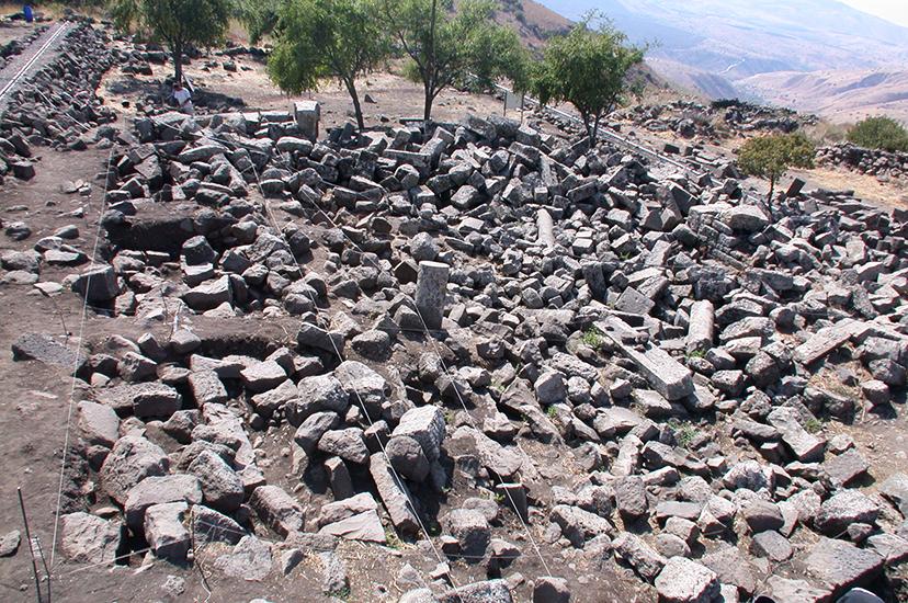 מראה בית הכנסת לפני שיחזורו - גל האבנים נותר בדיוק כפי שהיה ביום שבו קרס המבנה, ברעידת האדמה של שנת 749