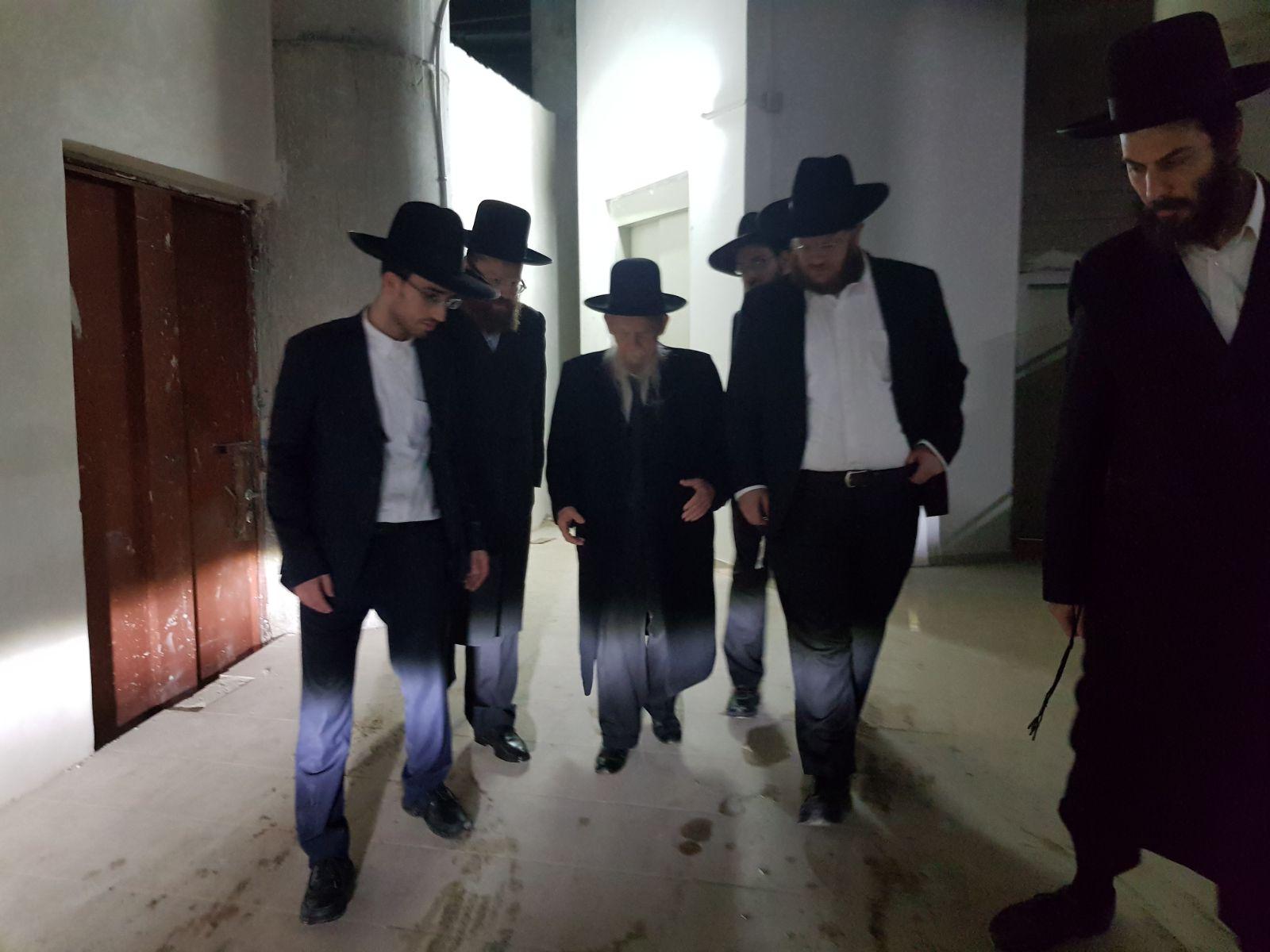 הרב אדלשטיין בכניסתו לפגישה