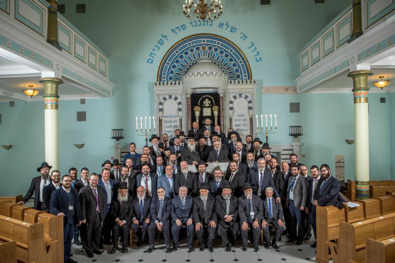 א.רבני הועדה המתמדת עם משתתפי הסמינר לרבנים בבית הכנסת הגדול בריגה צילום אלי איטקין