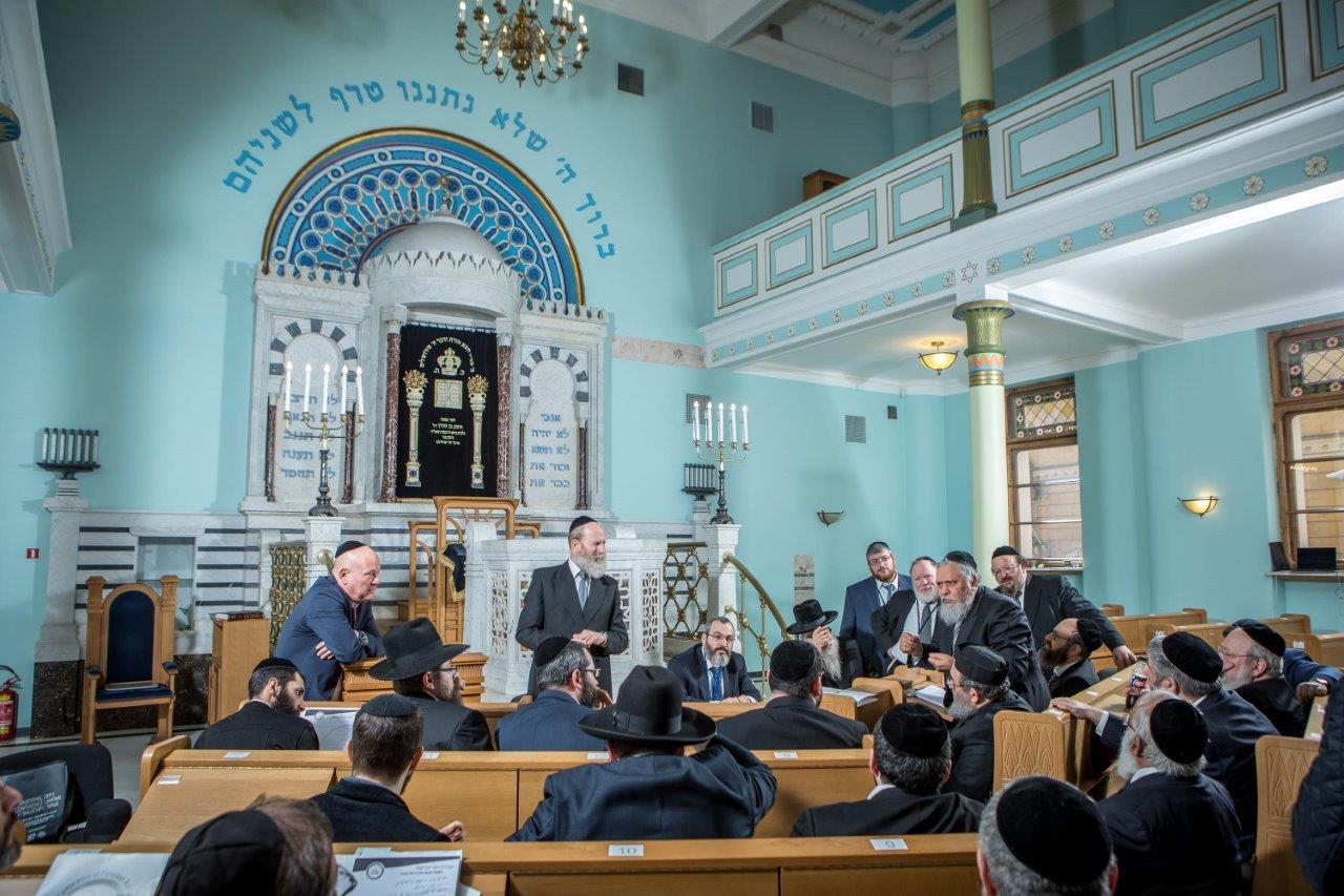 בדיון משותף של חברי הועדה המתמדת עם הרבנים הצעירים משתתפי הסמינר בריגה צילום אלי איטקין (1)