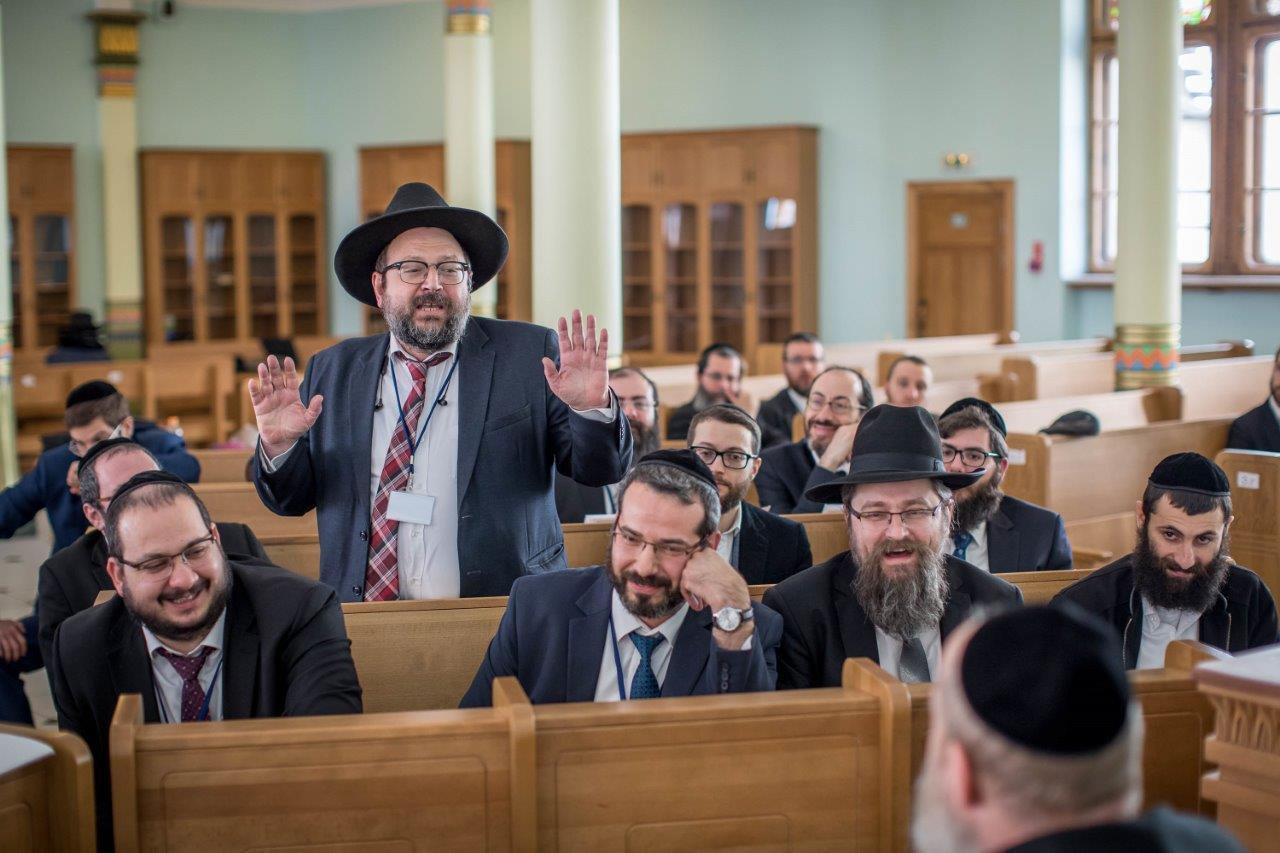 בדיון משותף של חברי הועדה המתמדת עם הרבנים הצעירים משתתפי הסמינר בריגה צילום אלי איטקין (4)