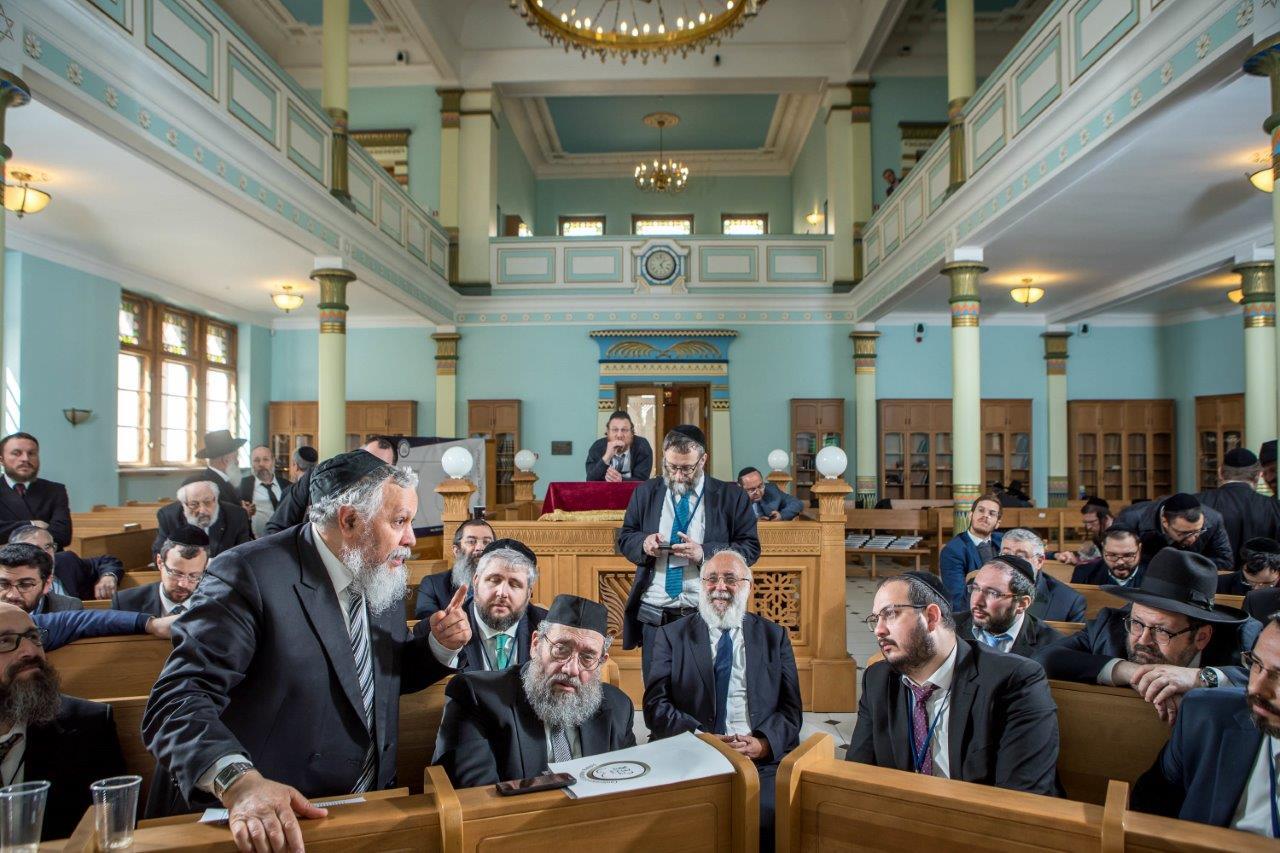 בדיון משותף של חברי הועדה המתמדת עם הרבנים הצעירים משתתפי הסמינר בריגה צילום אלי איטקין (7)