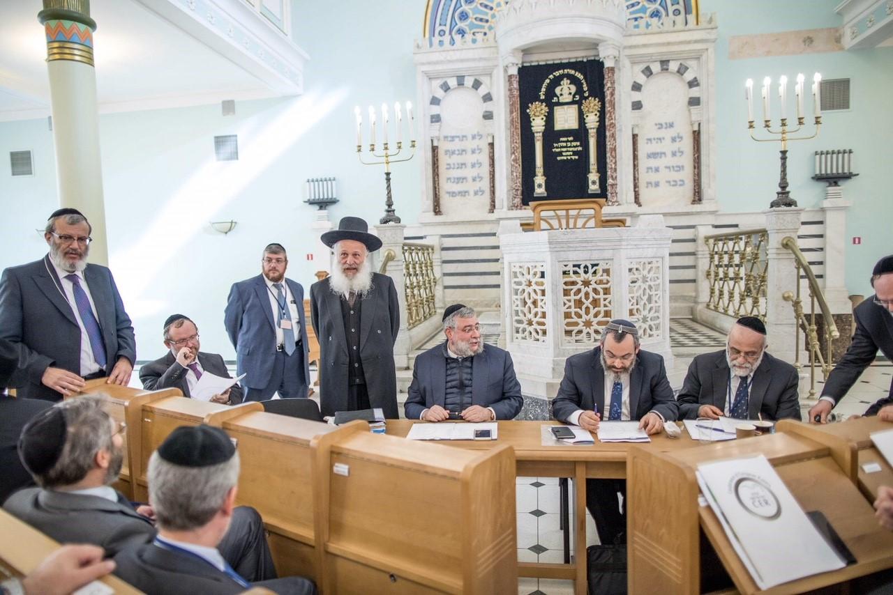 הרב נתן קאהן נושא דברים בפני הועדה המתמדת צילום אלי איטקין