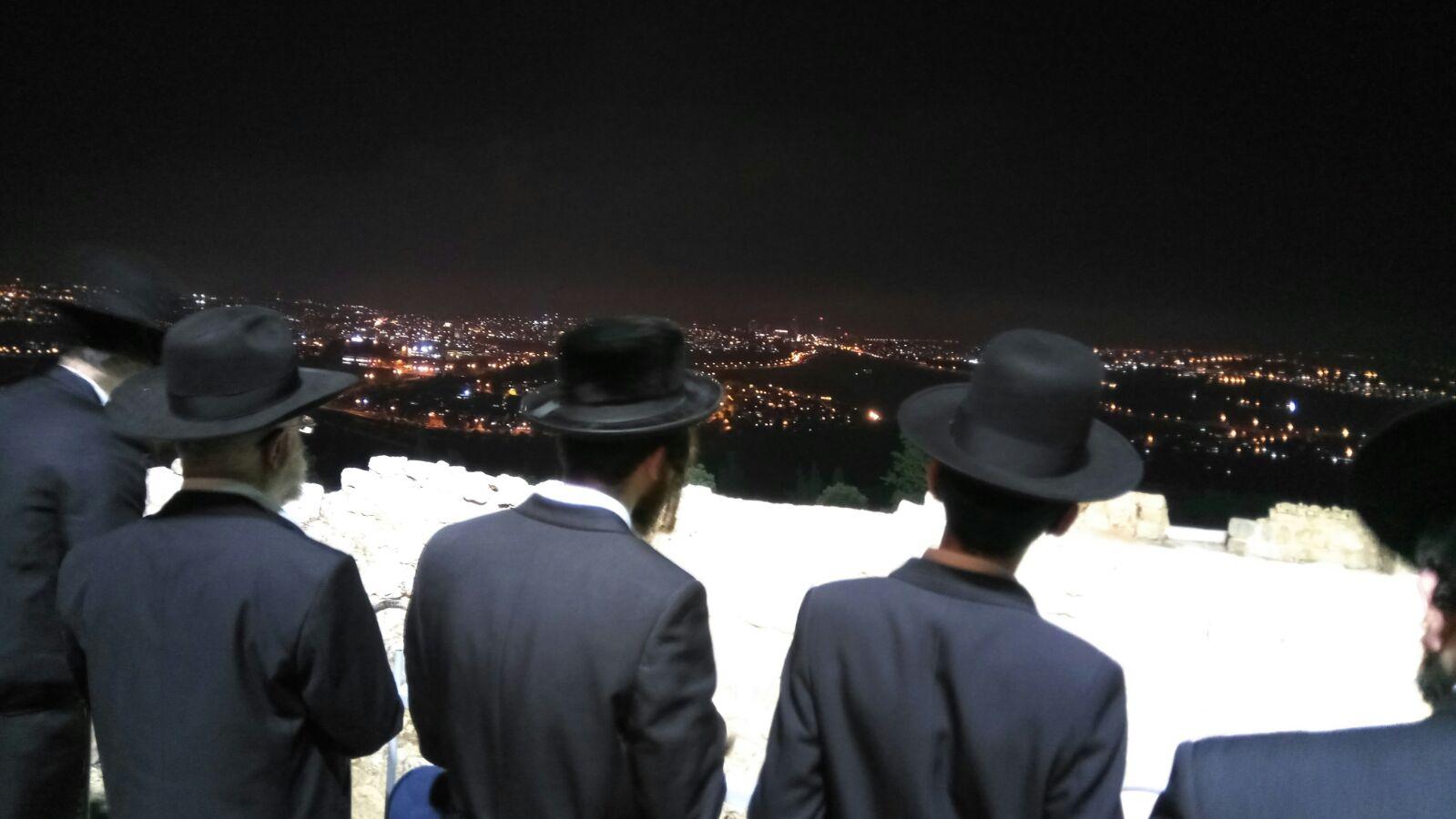 מתפללים בקבר שמואל הנבי