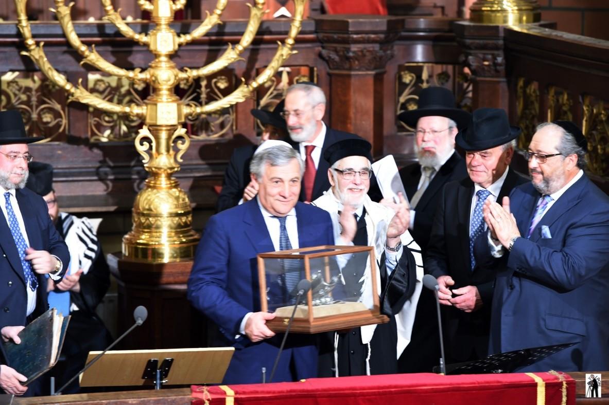 סגן נשיא הנציבות האירופית אנטוני טאייני מקבל את הפרס. צילום סטודיו וולפוני בריסל (1)