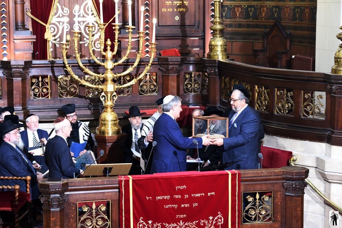 סגן נשיא הנציבות האירופית אנטוני טאייני מקבל את הפרס. צילום סטודיו וולפוני בריסל (2)