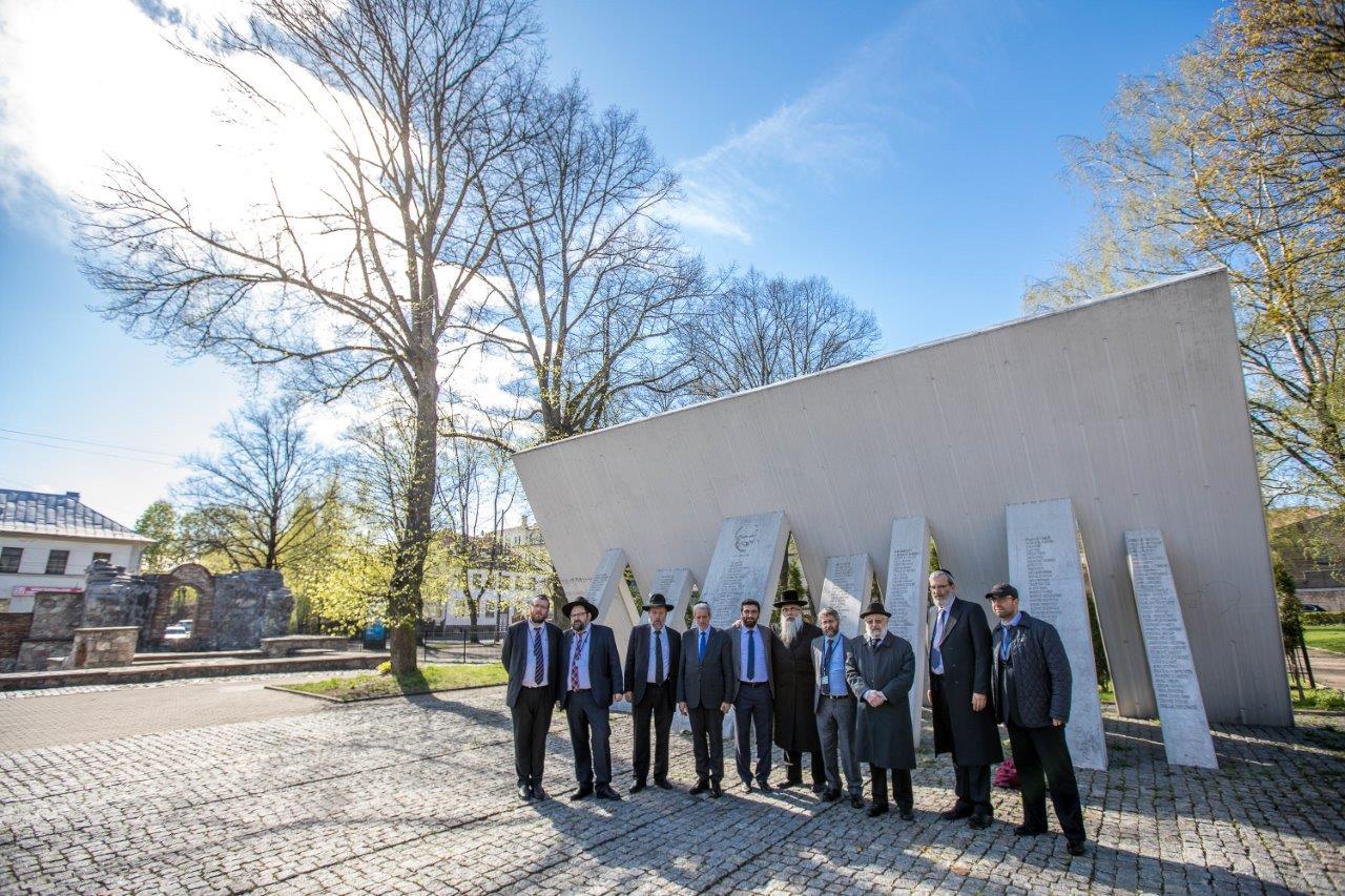 רבנים ממשתתפי הועדה המתמדת והסמינר לרבנים צעירים באתר ההנצחה לקדושי השואה בריגה צילום אלי איטקין (1)