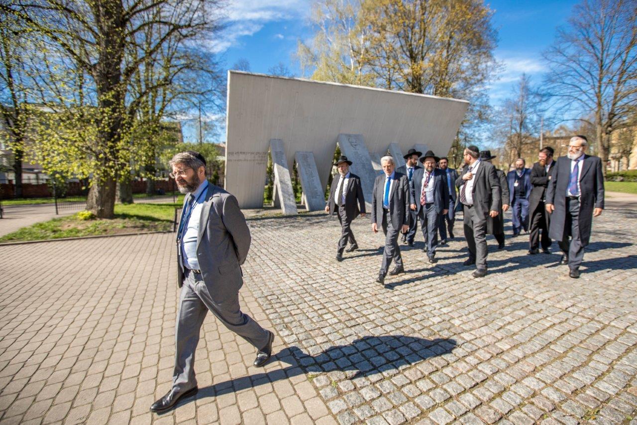 רבנים ממשתתפי הועדה המתמדת והסמינר לרבנים צעירים באתר ההנצחה לקדושי השואה בריגה צילום אלי איטקין (2)