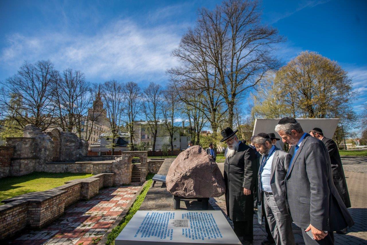 רבנים ממשתתפי הועדה המתמדת והסמינר לרבנים צעירים באתר ההנצחה לקדושי השואה בריגה צילום אלי איטקין (3)