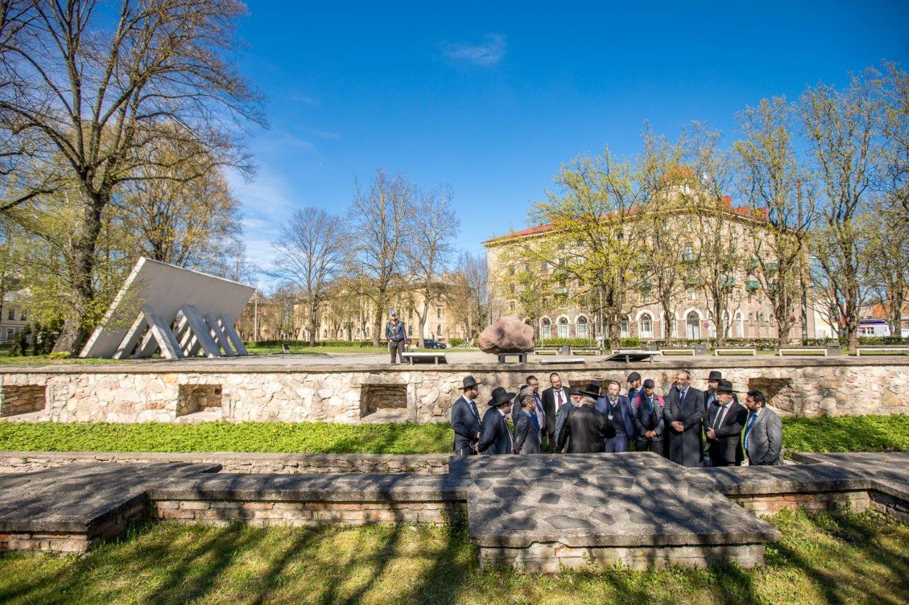 רבנים ממשתתפי הועדה המתמדת והסמינר לרבנים צעירים באתר ההנצחה לקדושי השואה בריגה צילום אלי איטקין (4)