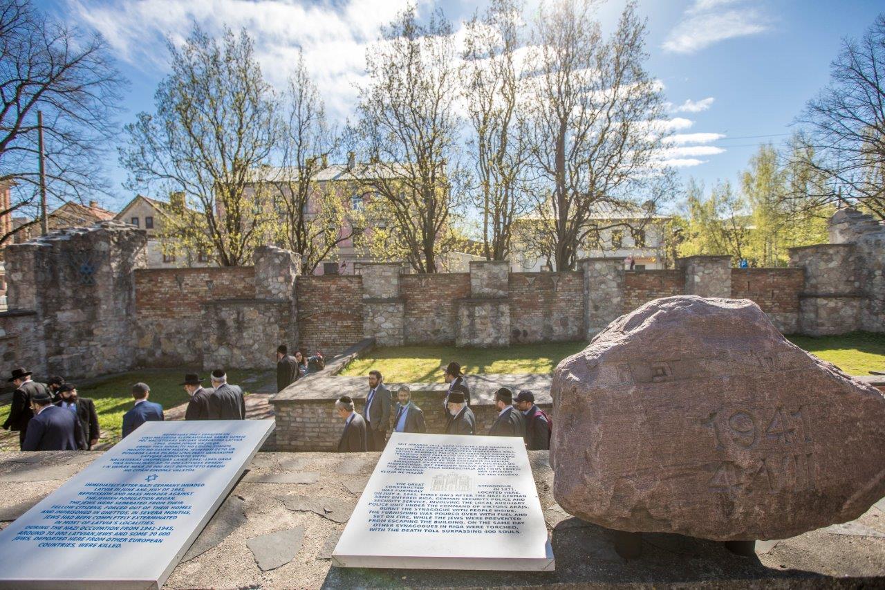 רבנים ממשתתפי הועדה המתמדת והסמינר לרבנים צעירים באתר ההנצחה לקדושי השואה בריגה צילום אלי איטקין (5)