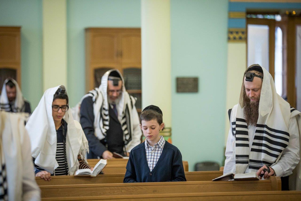 תפילת שחרית בביהכנ הגדול בריגה צילום אלי איטקין