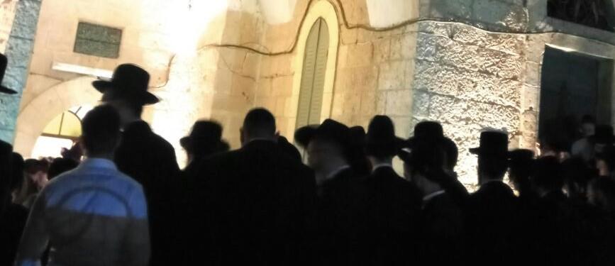 מתפללים בקבר שמואל