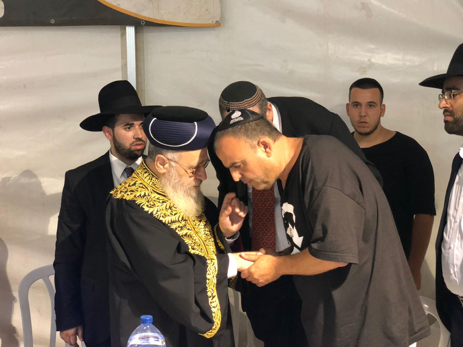 """מרן הגר""""י יוסף ואביו של החייל אביב לוי הי""""ד"""