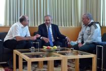 """שר הביטחון  לשעבר עם ראה""""מ והרמטכ""""ל"""
