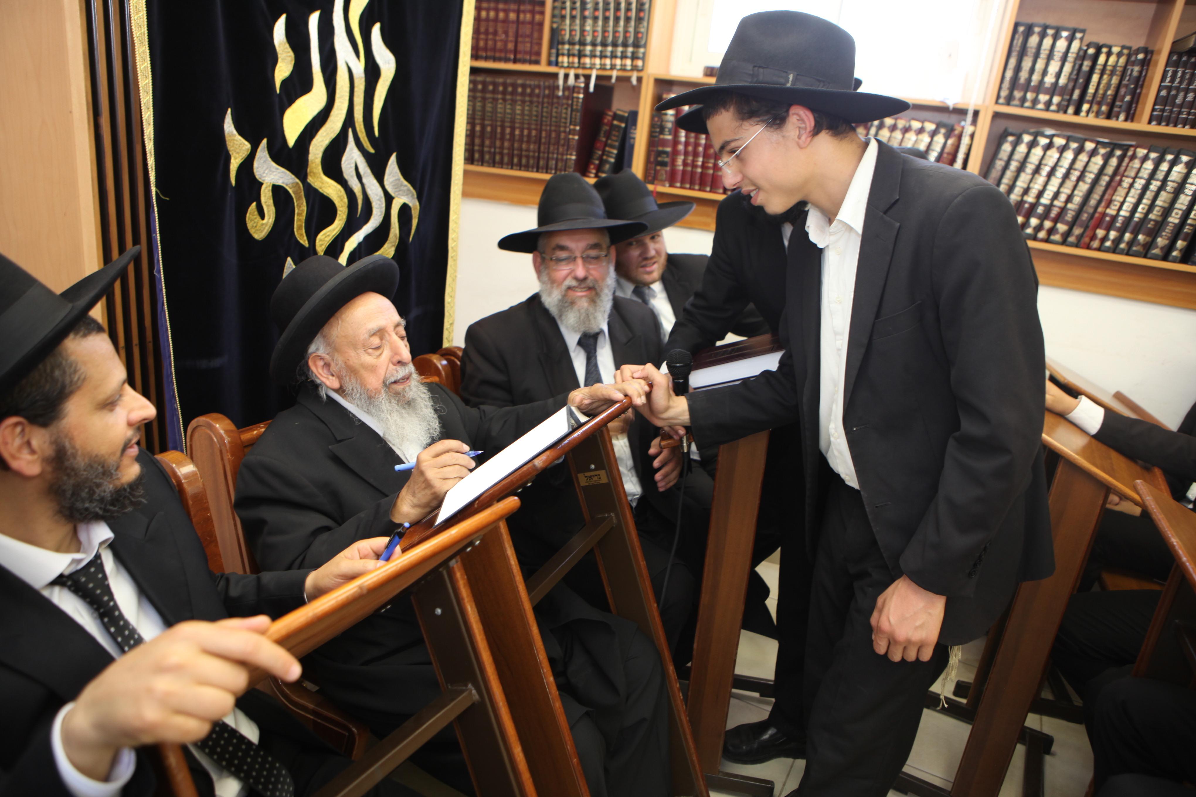 נשיא מועצת חכמי התורה מרן הרב שמעון בעדני מברך את תלמידי הישיבה