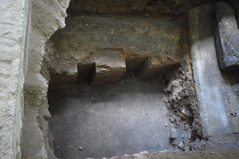 שרידי בימת בית הכנסת הגדול2
