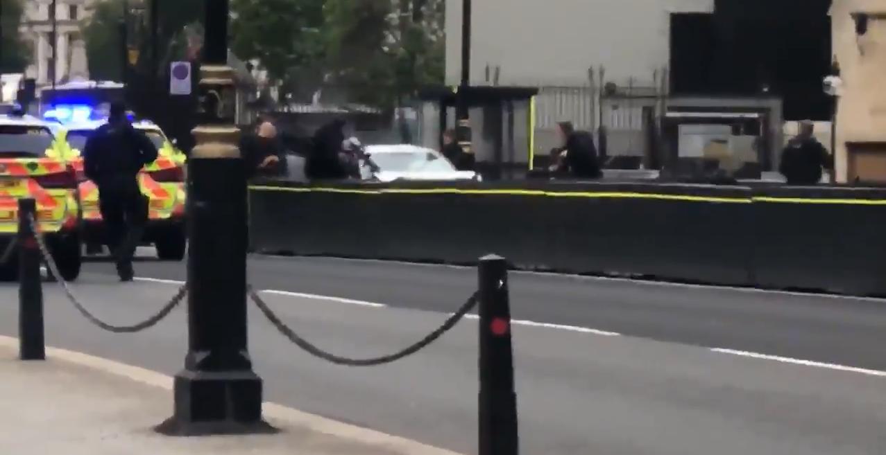 השוטרים משתלטים על הרכב החשוד שניות לאחר האירוע