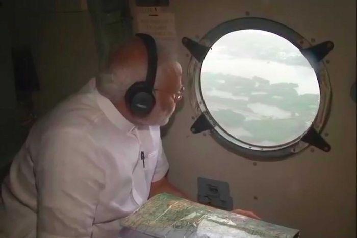ראש ממשלת הודו בוחן את אזורי האסון מהמסוק