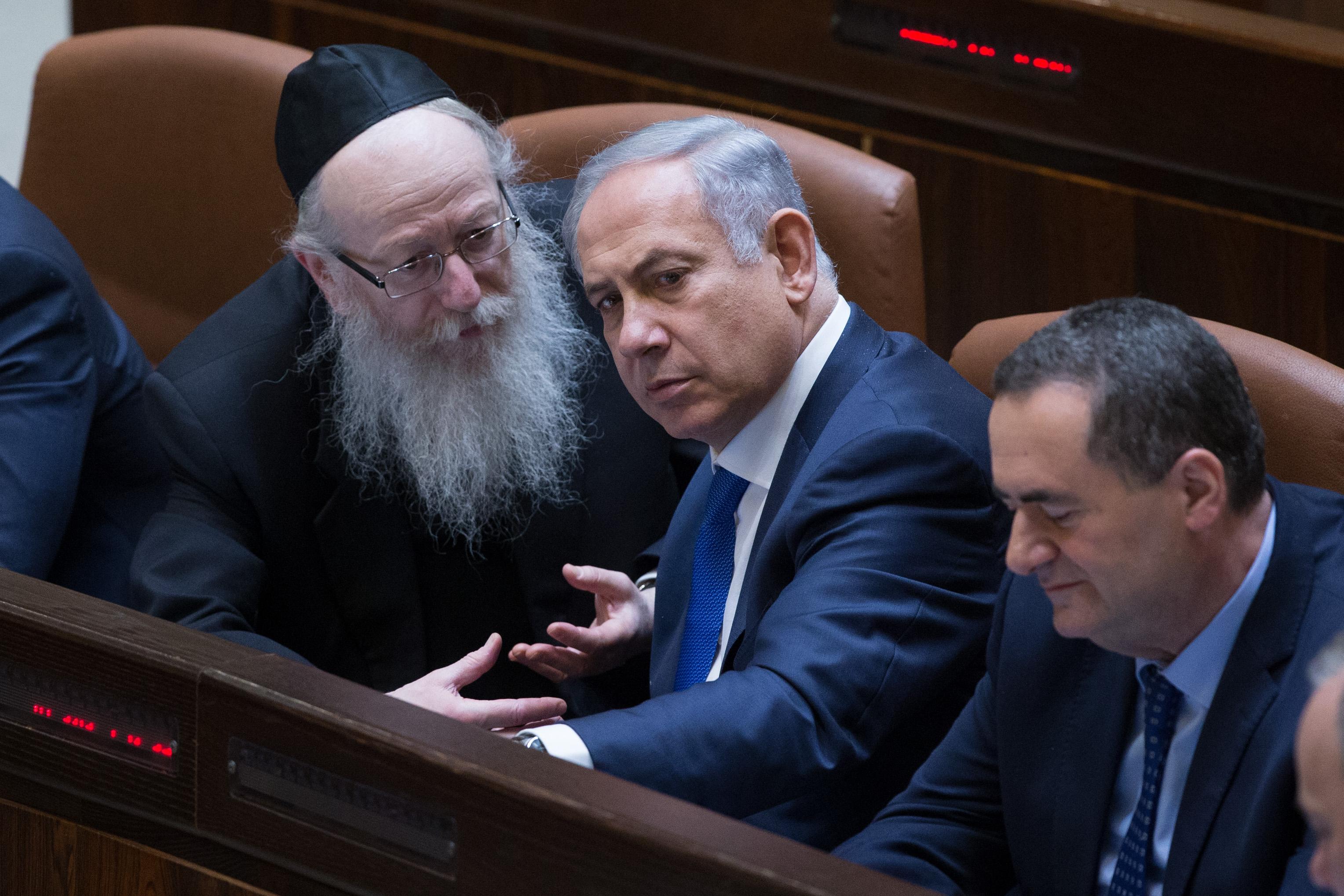 ראש הממשלה וסגן שר הבריאות משוחחים במליאת הכנסת
