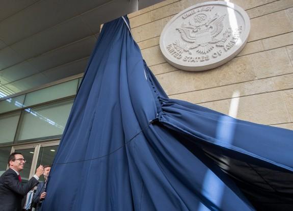 הסרת הלוט בטקס העברת השגרירות האמריקאית