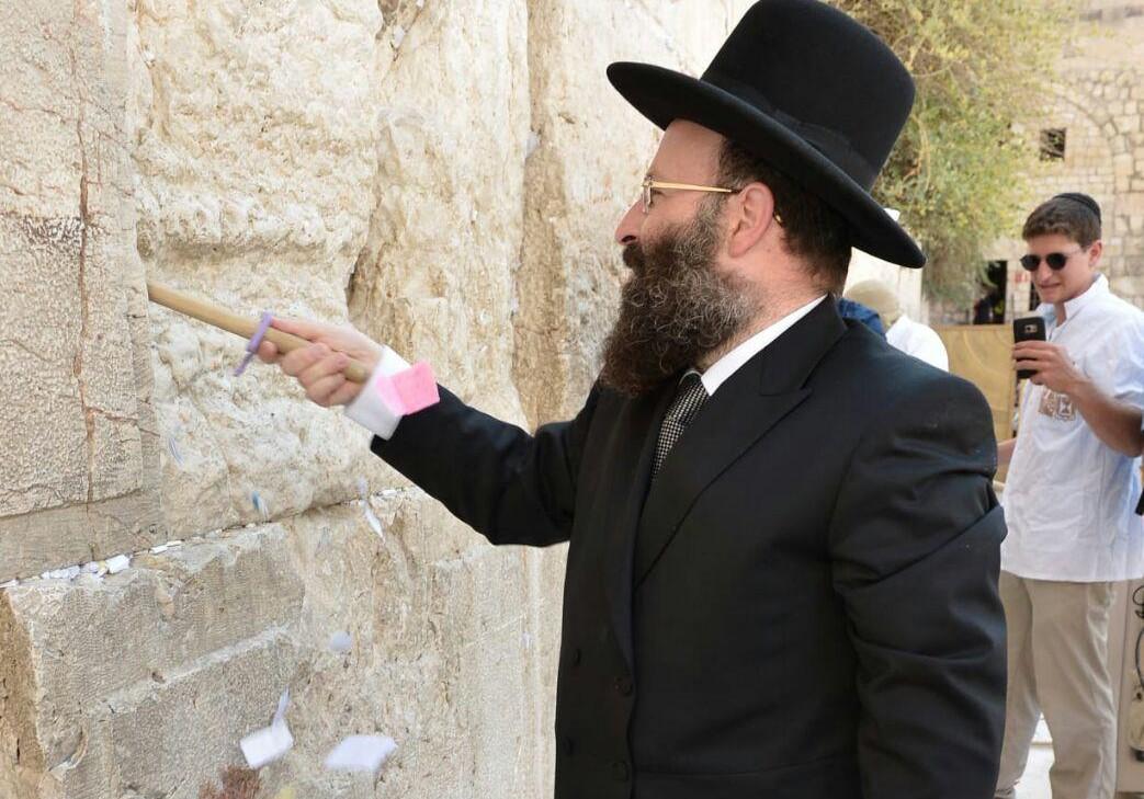 הרב רבינוביץ' בפינוי הפתקים