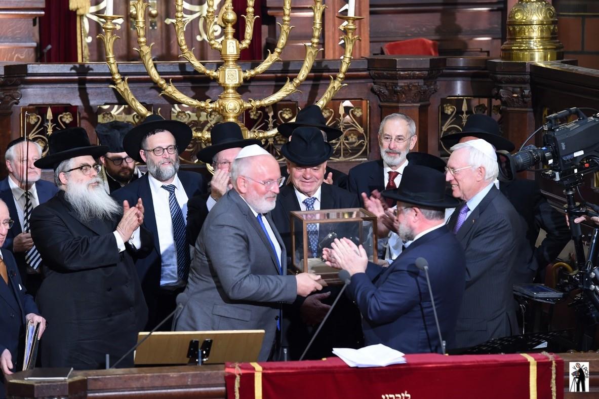 מר פרנס טימרמנס מקבל את הפרס עש הלורד הרב יעקובוביץ בטקס מיוחד בביהכנ הגדול של אירופה. צילום סטודיו וולפוני בריסל (2)
