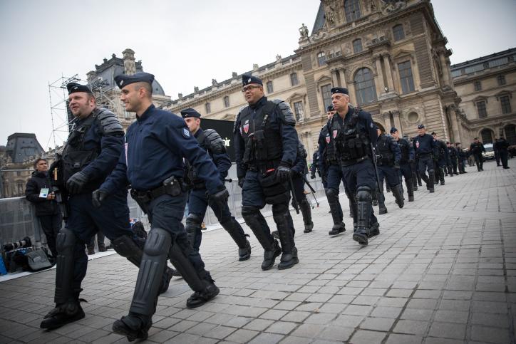 הוכה על ידי המון זועם. שוטרים בצרפת