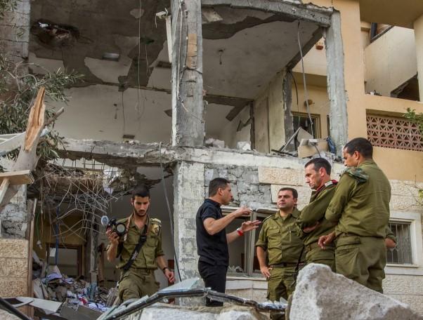 האלוף הרצי הלוי עם ראש עיריית באר שבע, רוביק דנילוביץ בבית  שנפגע מהטיל אמש