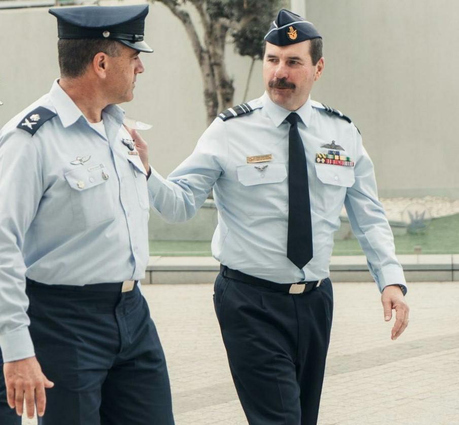 מפקד 'חיל האוויר' האוסטרלי (מימין) עם מפקד 'חיל האוויר' הישראלי בבסיס