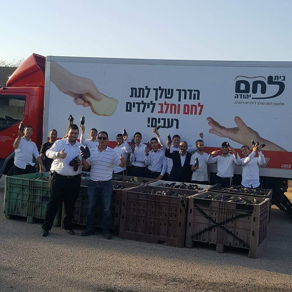 """מתנדבי ארגון """"בית לחם יהודה"""" עם כמויות האוכל שהצילו, בדרך לחלוקה לאלו שאין להם"""