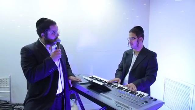 האחים מריאן שרים מלך מיוטיוב.mp4_000022366