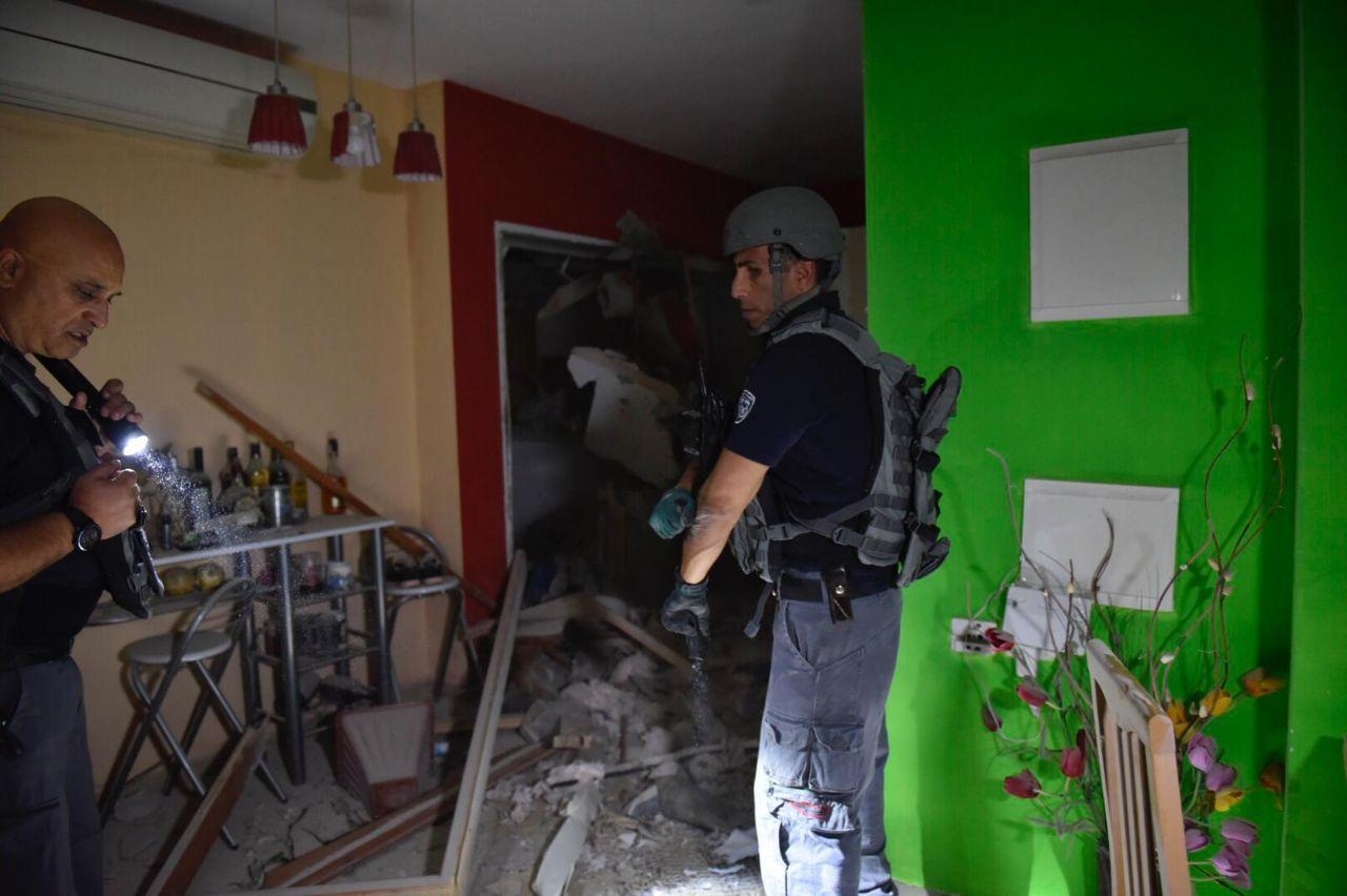 הסלון בדירה שנפגעה