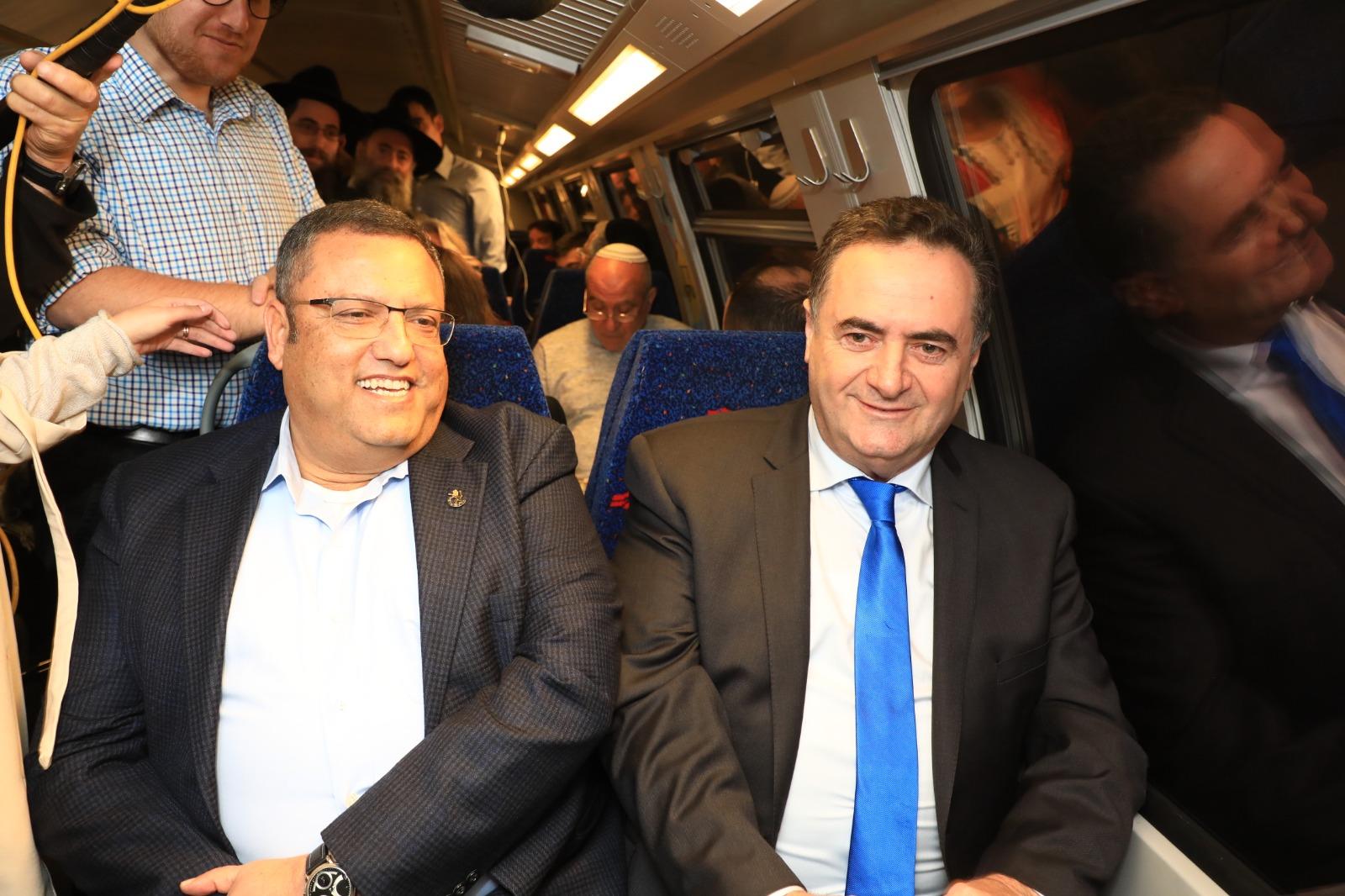 שר התחבורה וראש עיריית ירושלים בנסיעה ברכבת