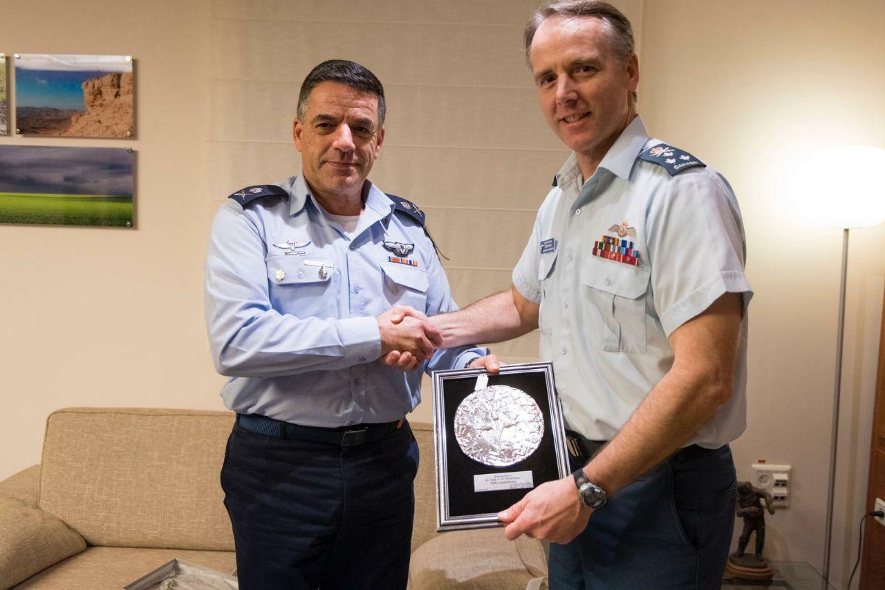 מפקד חיל האוויר הקנדי עם עמיתו הישראלי