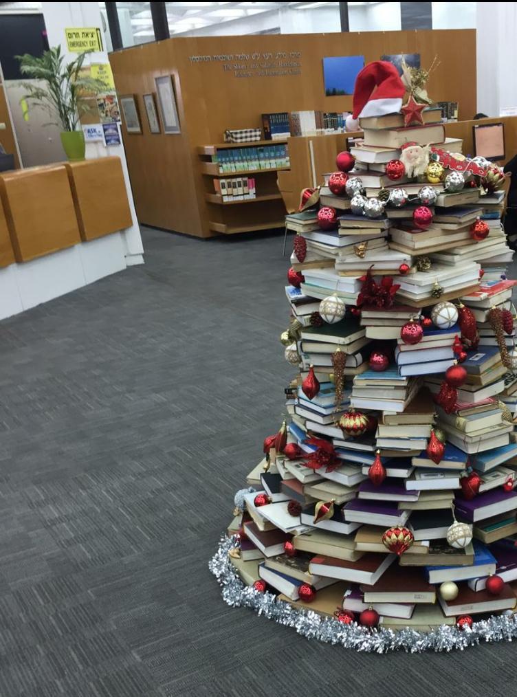 עץ אשוח שהוצב בספריית אוניברסיטת תל אביב