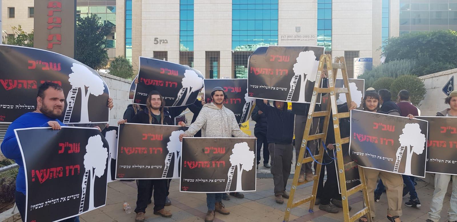 הפעילים מחוץ לבית המשפט