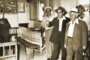 """ראש הממשלה בן גוריון בפתח חדרו של מרנא בחזון איש זיע""""א"""