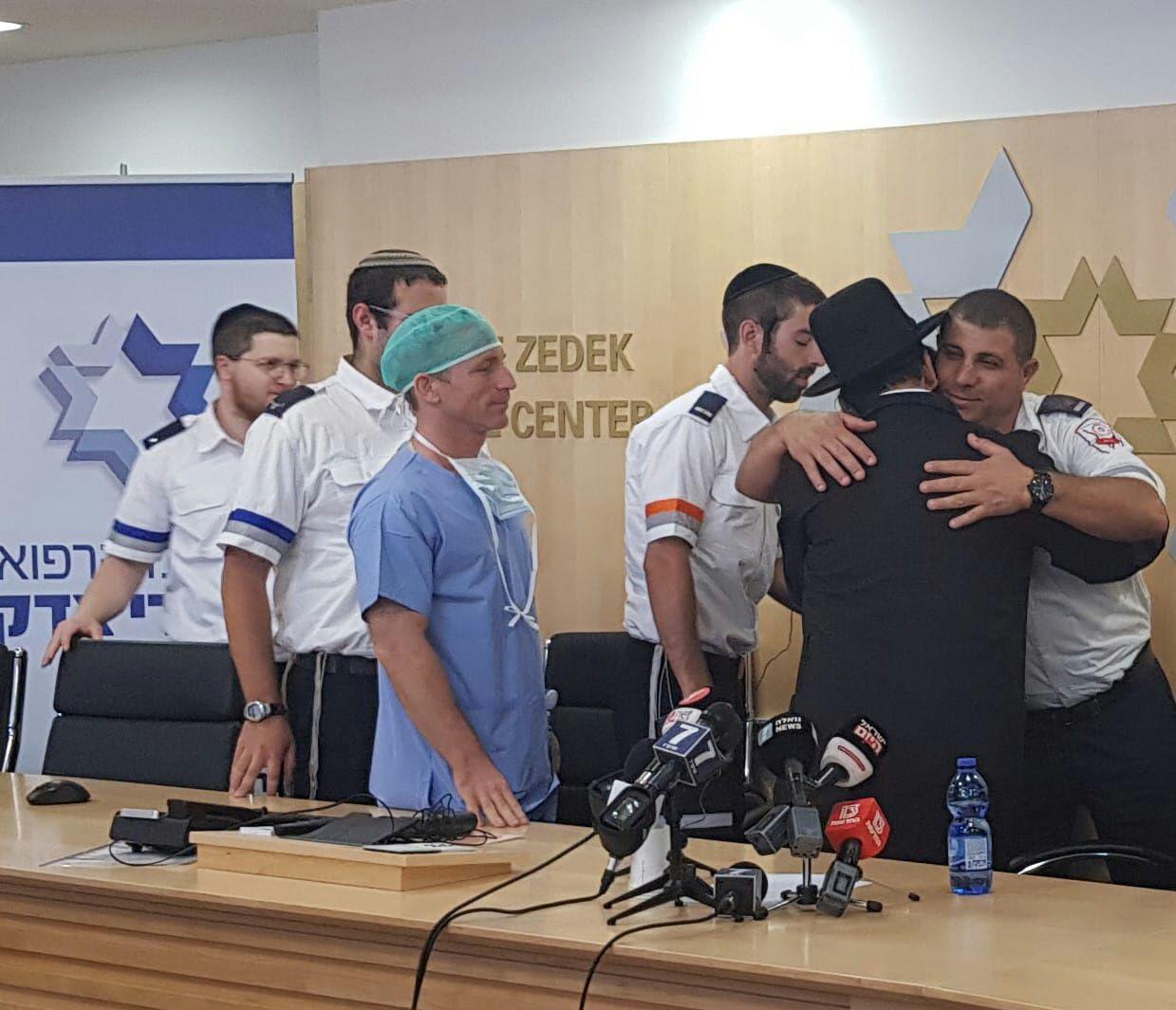 גבריאל עם הצוות הרפואי שהציל אותו