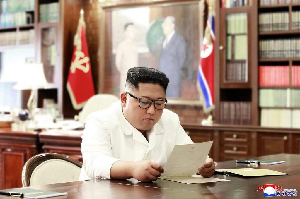 קים קורא את המכתב