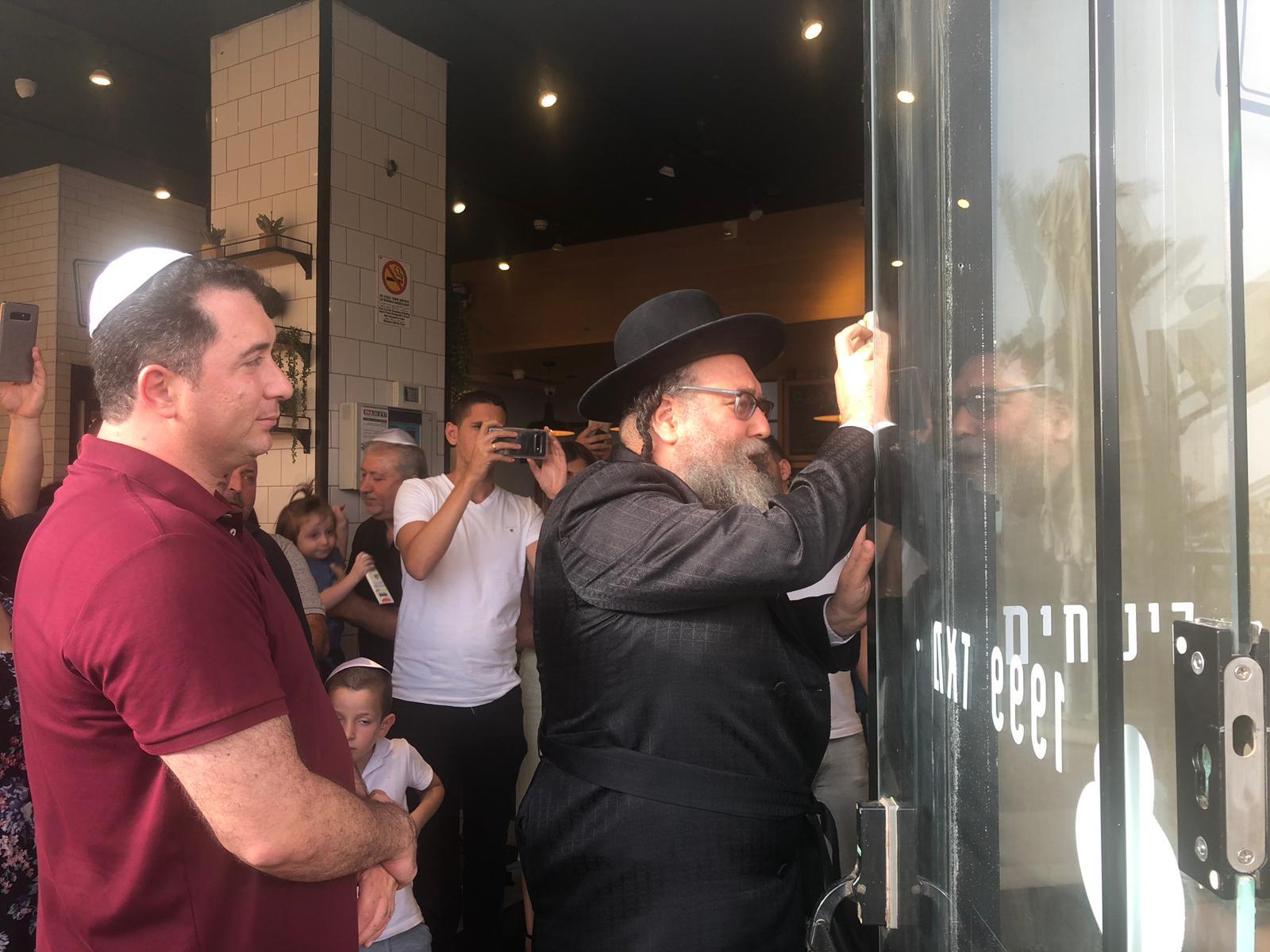 ביגה באר שבע - קביעת מזוזה עם הרב יחד חדאד
