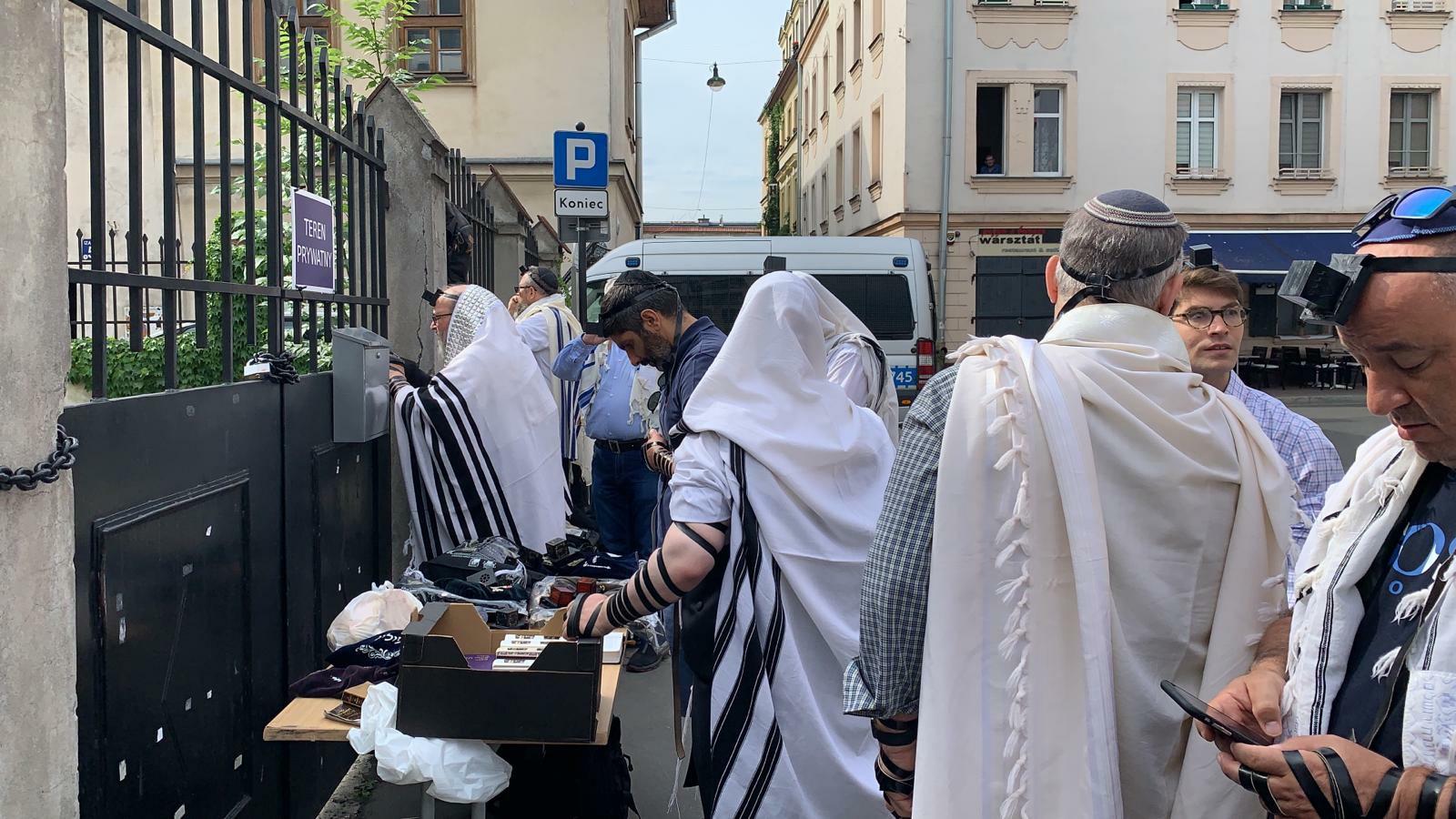התפילה מחוץ לבית הכנסת בקראקוב