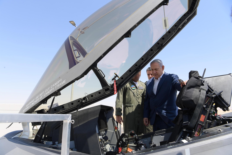 ראש הממשלה בביקור בבסיס חיל האויר, בוחן את מטוס החמקן ה-F35