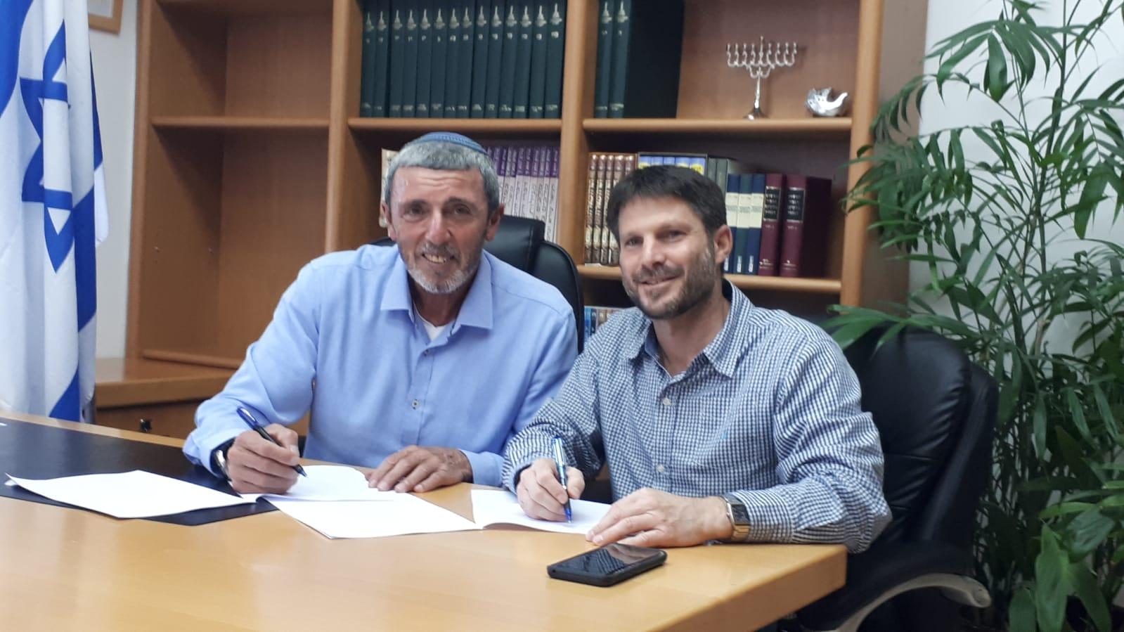 הרב רפי פרץ ובסמוטריץ' במעמד החתימה על הסכם האחדות