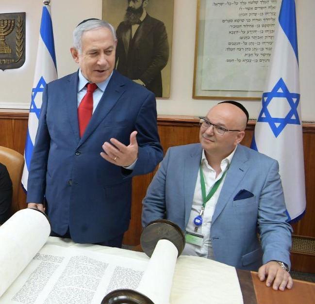 ראש הממשלה עם ספר התורה בלשכתו בירושלים