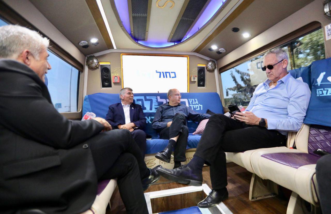 חברי הנהגת כחול לבן באוטובוס הבחירות