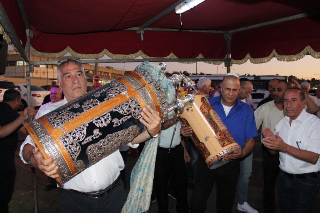 אבי פרידמן מנכל אגד ורונן חליפה מנהל אשכול ירושלים נושאים את ספרי התורה מתחת לאפיריון