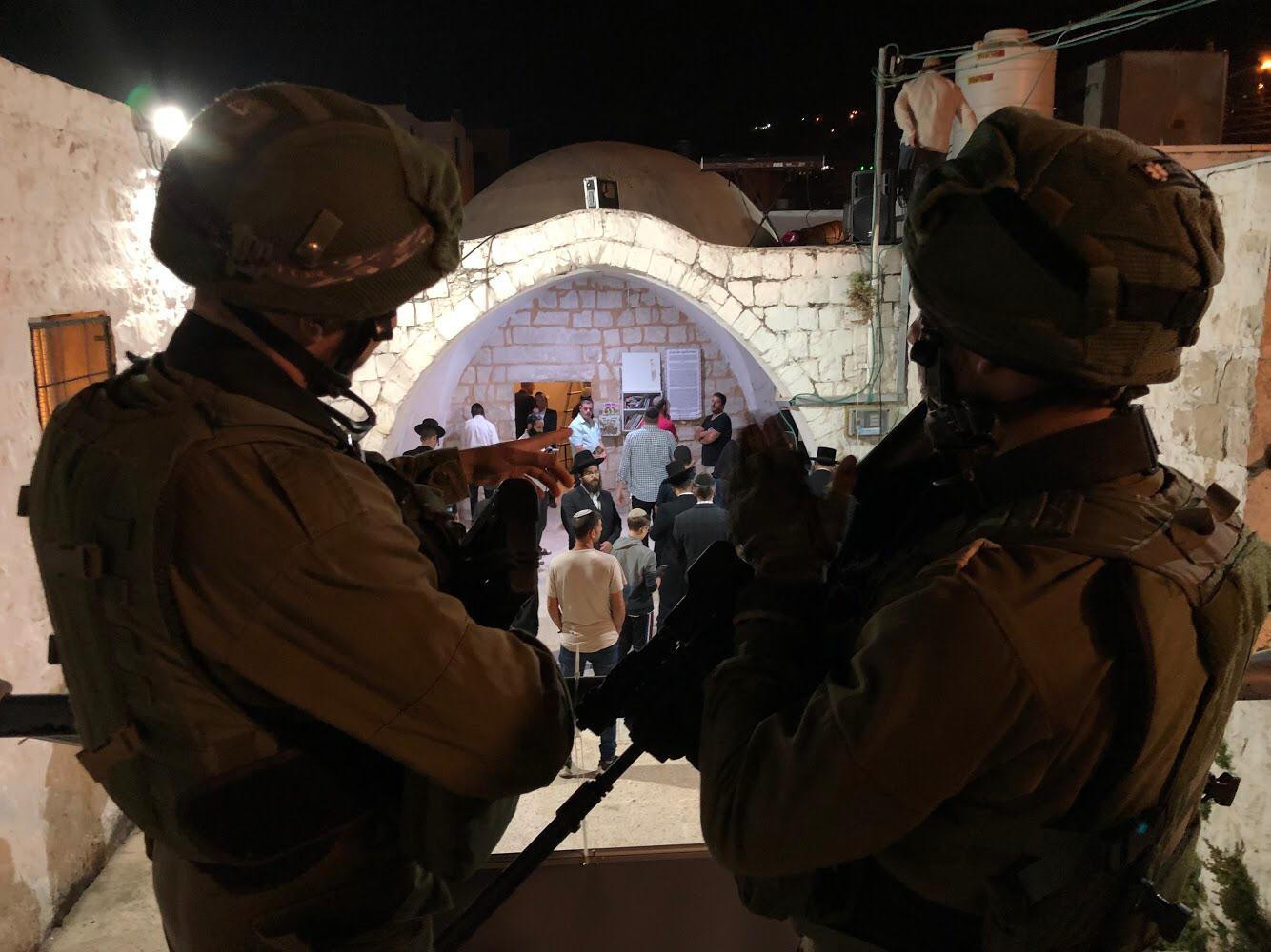 חיילים מאבטחים את המתפללים בקבר יוסף